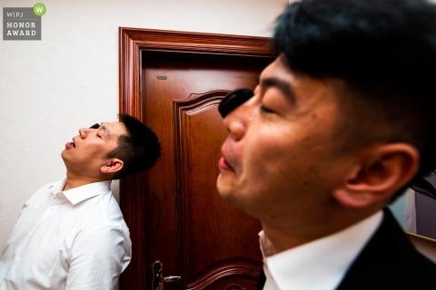 在新娘家舉行婚禮前的新娘們在中國門口遊戲