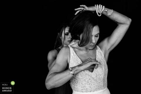 Brautjungfer hilft der Braut, sich in der Sedona Sky Ranch Lodge vorzubereiten