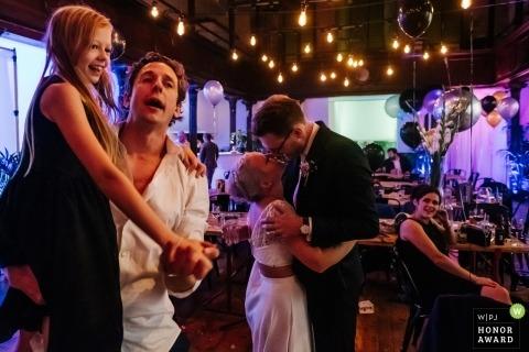 Engeland Gasten en bruid en bruidegom genieten van dansen bij de bruiloft receptie