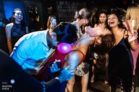 Paper Factory Hotel, nowojorska fotografia ślubna gości, którzy próbują pop balony na parkiecie