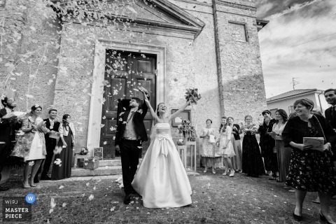Just outside the church - throwing confetti | Brescia wedding photography