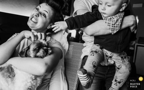Hochzeitsfotojournalismus Bild Ankunft im Hund mit dem Baby, das in Nova Petropolis herauskommt