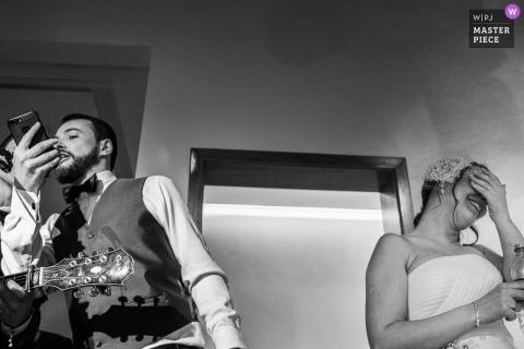 Nova Petropolis - RS - Brasilien-Foto des Bräutigams sprechend in Telefon mit seiner Braut, die ihr Gesicht bedeckt.