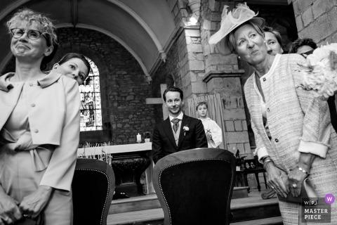 Huwelijksbeeld van de bruidegom die op de bruid wachten om de kerk in te gaan, door de fotograaf van Nantes