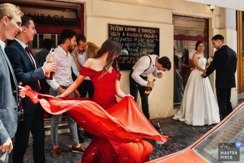 Het huwelijksspruit van Praag met een paar die vanaf het drinken van gasten in de Tsjechische Republiek lopen