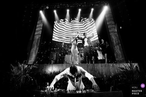 Ślubna strzelanina z parą Doha wysadzająca szampana nad DJ-em, który próbuje ukryć swoje deski w Katarze