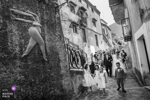Maierà bruiloft fotojournalistiek beeld van de bruid naar de kerk