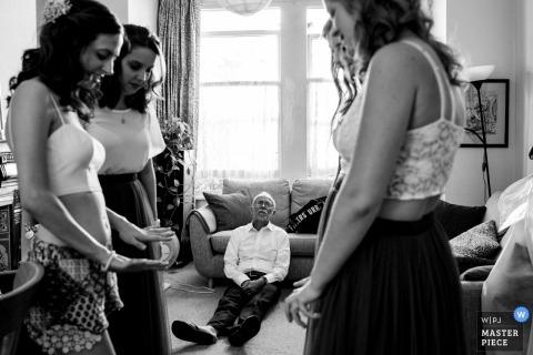 père de la mariée au repos lors de la préparation | Pembroke Lodge