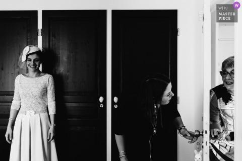 Paris documentaire photo de mariage en noir et blanc de la mariée qui attend d'être vue pour la première fois
