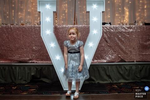 Fotoperiodismo de bodas en Alberta - niña pequeña con un vestido en la recepción
