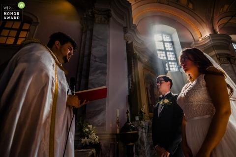 Mariage à Budapest Image dans une église avec une lumière de fenêtre rétro-éclairée
