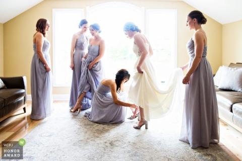 Rock Island Lake Club Photographie de mariage   New Jersey mariée se prépare avec l'aide de demoiselles d'honneur