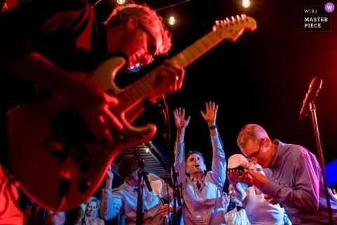 Foto di nozze documentaria di Seattle del chitarrista di ricezione e dei fan deliranti