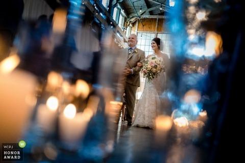 Foto di matrimonio a Seattle una sposa che cammina con suo padre | Fotografia di matrimonio di Washington