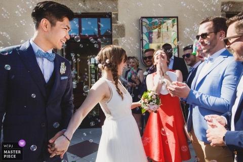 Ślub strzelać z Paris para w burzy bąbelków na zewnątrz w słońcu