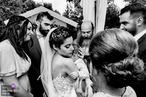Athene bruiloft shoot met van bruid met een kleine baby - ceremonie van het huwelijk fotografie in zwart-wit