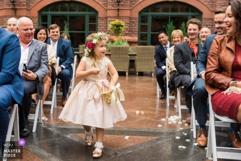 Aspen, CO ślub zdjęcie młodej dziewczyny kwiat podrzucając płatki kwiatów W dół na zewnątrz ceremonii nawy