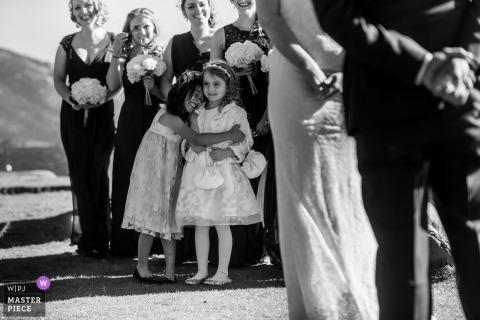 Incline Village wesele strzelać z parą podczas ceremonii plenerowej przytulanie dwóch dziewczyn kwiat