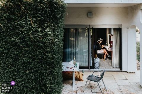 Fotoreportaż ślubny w Landhotel Waldhaus - panna młoda szykuje się przy ścianie bluszczu