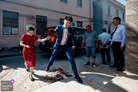 Ślubny krótkopęd z Szanghaj fornalem przeskakuje nad płomieniami