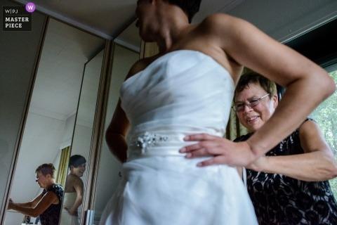 Wschodnia Flandria ślubna fotografia panny młodej stawia jej suknię odbijającą w wieloskładnikowych lustrach