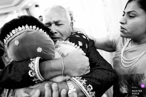 H Suite, Edgbaston, Birmingham, Wielka Brytania, fotografia ślubna panny młodej przytulanej przez ojca.