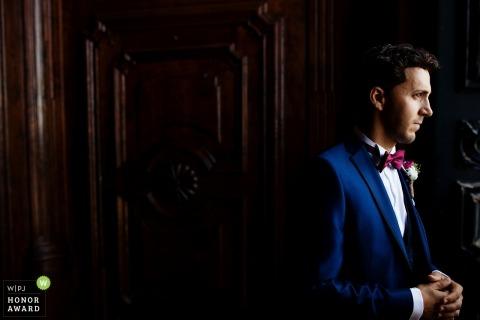 Dokumentalna fotografia ślubna w Bradze Portugalia pana młodego czekającego na swoją narzeczoną i ceremonię