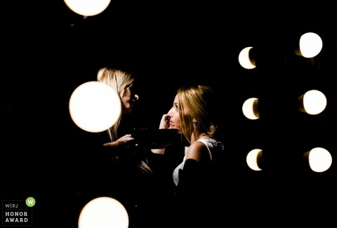 Murcia wedding photo of a bride having makeup applied under round cosmetic lamps | weofding photography
