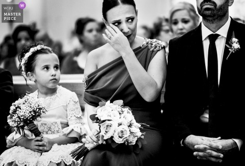 Siostra panny młodej ociera łzę podczas ceremonii - Murcia Spain Wedding Photography