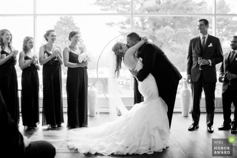 Backlit ceremonie Afbeelding van een paar zoenen en dompelen, door een topfotograaf van Providence bruiloft