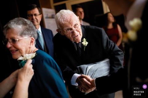 Opatrzności ślubna fotografia starsza para ma corsage przyczepiającego i chwiania ręki | Fotografia ślubna Rhode Island