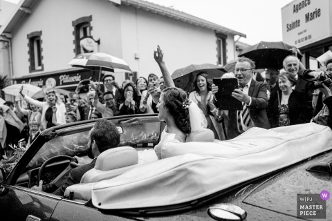 與南特夫婦的婚禮拍攝離開場地在Manoir delaJahotière的敞篷車