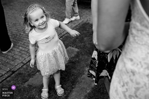 's-Hertogenbosch zdjęcie ślubne młodej dziewczyny spoglądającej na pannę młodą