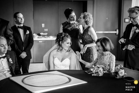 Chicago, IL Ślubna fotografia panny młodej z rodziną po ceremonii