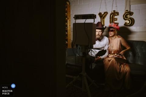 與亞琛夫婦的婚禮射擊打扮和為照相亭的照相機使用