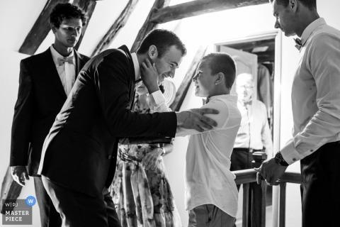 Lot, Francja zdjęcia ślubne mężczyzn i chłopców przygotowujących się do ceremonii w czerni i bieli