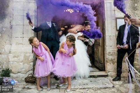 Avignon, FRANCJA ślub strzelać z para podczas wyjścia z kościoła z fioletowymi bombami granatu dymnego