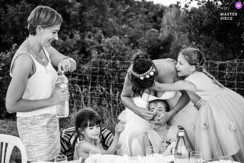 Fotografia ślubna Awinionu dzieci, które mają kolację w recepcji na świeżym powietrzu