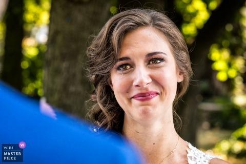 Łzy dla ciebie, łzy miłości - Niderlandzka fotografia ślubna panny młodej płaczącej podczas jej ceremonii