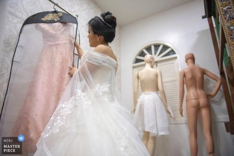 Hochzeitsfotojournalismus bei Nonthaburi - Braut, die Brautjungfernkleider überprüft