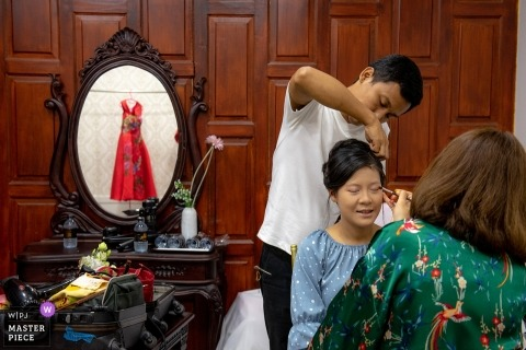Documentary wedding photograph at Nonthaburi getting ready session for the women