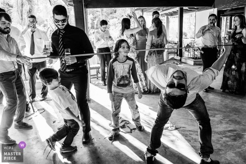 Wedding photo of the limbo expert in Ouro Preto reception party