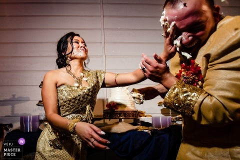 Para Sacramento podczas ceremonii cięcia tortu weselnego - rozwalić ciasto lub nie