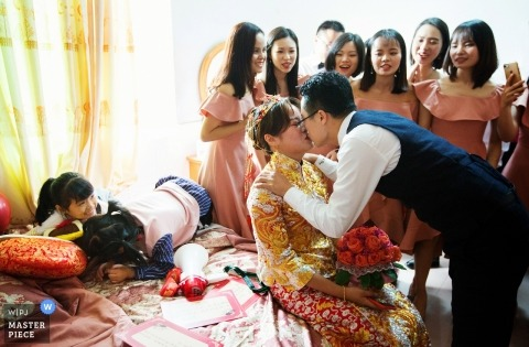 Wedding Photo of the groom picking up his bride in Huizhou