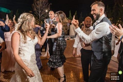 Imagen de la boda de Nueva Jersey desde la pista de baile de una pareja que se muestra sus anillos en sus dedos anulares