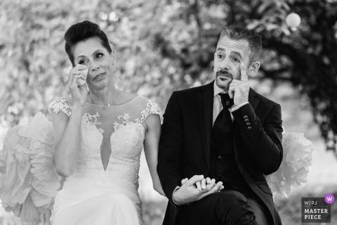 新娘和新郎在ChâteaudelaGalissonnière的情感儀式