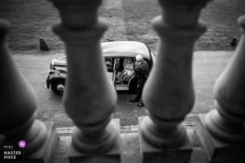 Bruid die in haar huwelijksauto wacht vóór cermony - Hagley Hall, Worcestershire
