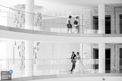 Zdjęcia ślubne panny młodej udającej się na ceremonię z ojcem Algarve, portugalskiego fotografa