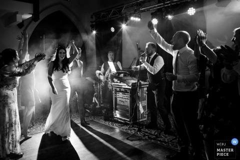 Wicklow, Irlandia wesele zdjęcie młodej pary podczas pierwszego tańca.