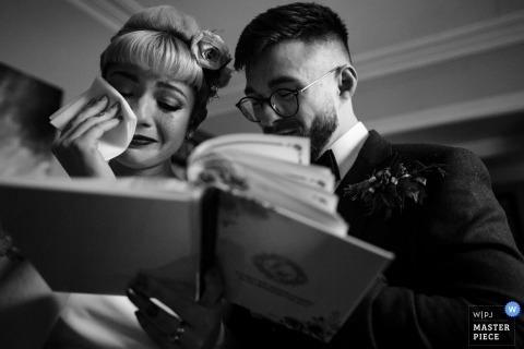 Fotoreportaż ślubny w Dublinie obraz panny młodej, która czytając książkę, staje się emocjonalna i ociera łzy